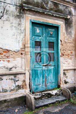 Eine alte Tür auf altem Gebäude in perspektivischer Ansicht