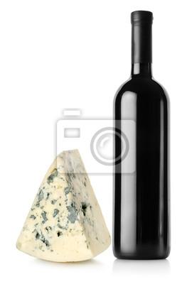 Eine Flasche Rotwein und Blauschimmelkäse