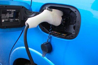 Elektrisches Auto wird aufgeladen. Elektroauto-Ladestation. Schließen Sie oben von der Stromversorgung, die in ein elektrisches Auto angeschlossen wird, das aufgeladen wird