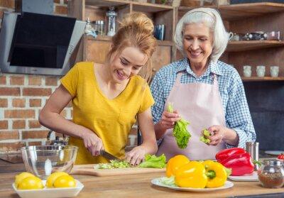 Enkelin und Großmutter kochen zusammen