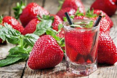 Sticker Erdbeer-Saft und frischen Beeren mit Minze, selektiven Fokus