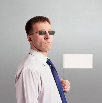 Ernster fester Mann in einer Bindung und in den Gläsern mit einer weißen Flagge in seiner Hand. Charakter