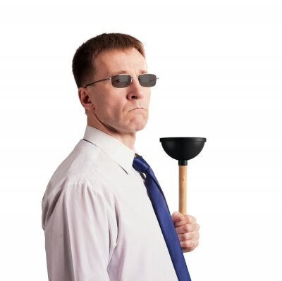 Ernster, strenger Mann in einer Bindung mit einem Kolben in seiner Hand. Isoliert. Charakter