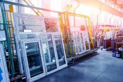 Sticker Fabrik für Aluminium und PVC Fenster und Türen Produktion. Details industrielle Ausrüstung.