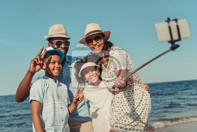 Sticker Familie nimmt Selfie am Strand