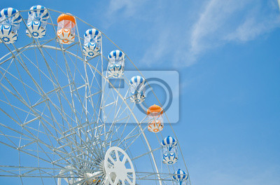 Farbenfrohe Riesenrad gegen den blauen Himmel