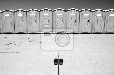 Festival-WC in Reihe und kleinen auf den Flughafen, während der heißen Sommertag im Ferien
