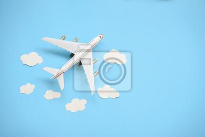 Sticker Flaches Laydesign des Reisekonzeptes mit Flugzeug und Wolke auf blauem Hintergrund mit Kopienraum.