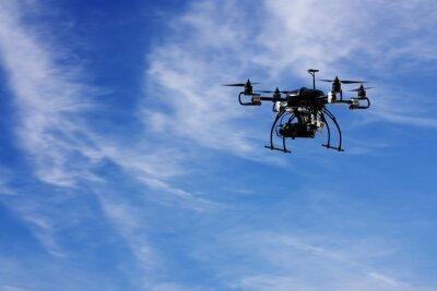 Fliegen die Drohne mit der Kamera mit Himmel und Wolke Hintergrund