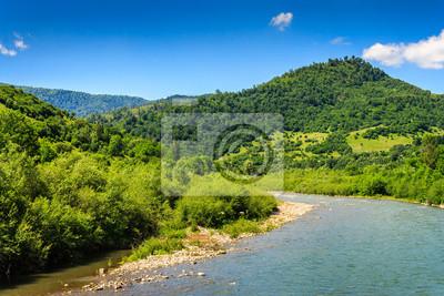 Fluss dreht sich um und geht in die Berge