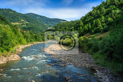 Fluss schlängelt goe in den Bergen