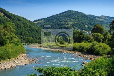 Fluss schlängelt sich am Fuß des Berges