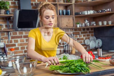 Frau hält grüne Zwiebeln