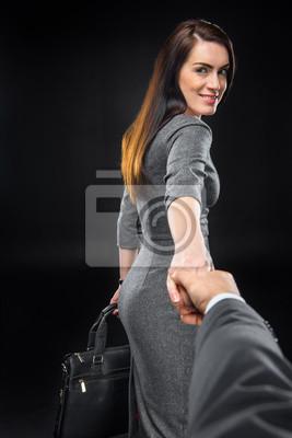Frau hält Hand eines Mannes