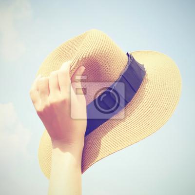 Frau Hand Panamahut mit Retro-Filter-Effekt