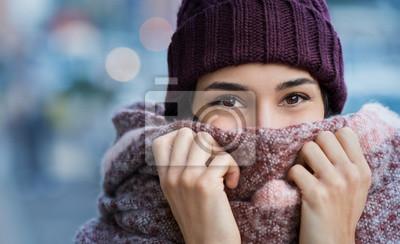 Sticker Frau im Winter kalt