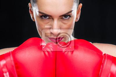 Frau in Boxhandschuhen