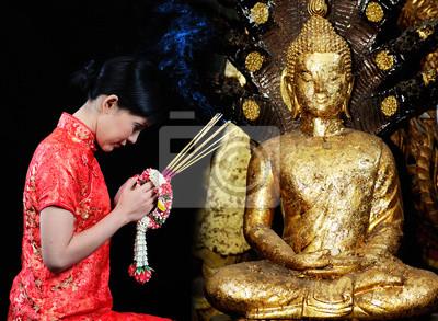 Frau in einem chinesischen Kleid beten im Tempel
