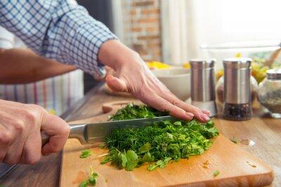 Frau Schneiden Salat Greens
