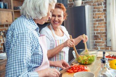 Frauen kochen zusammen