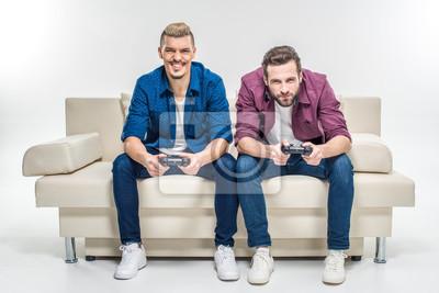 Freunde spielen mit Joysticks