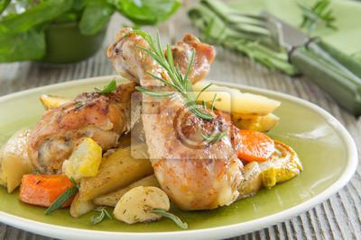 Fried Hähnchenkeulen mit Gemüse.