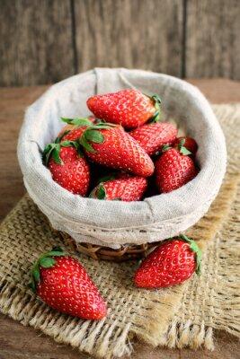 Sticker Frische Erdbeeren auf rustikalen Holztisch