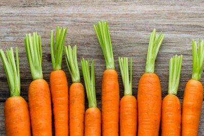 Sticker Frische Karotten Bund auf rustikalen hölzernen Hintergrund.