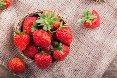 Sticker Frische rote Erdbeeren auf alten hölzernen Hintergrund