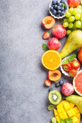 Sticker Frische sortierte Früchte und Beeren auf hellgrauem Hintergrund. Bunt sauber und gesund essen. Detox-Essen. Kopieren Sie Platz. Draufsicht.