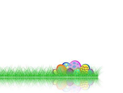 Frohe Ostern. Dekoriertes Ei im grünen Gras mit Reflexion