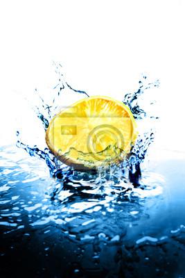 Funken der blauen Wasser auf weißem Hintergrund