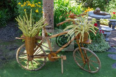 Gartengestaltung. holz fahrrad als blumenständer im garten. notebook ...