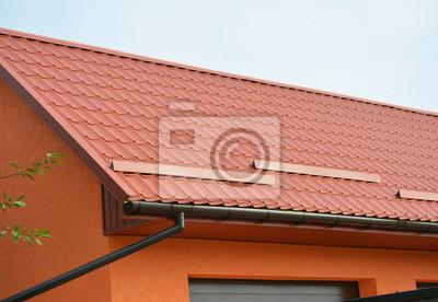 Gebäude modern house bau mit garage, metalldach, regenrinne pipeline ...
