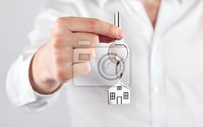 geben Hausschlüssel mit einem Schlüsselbund Hausform