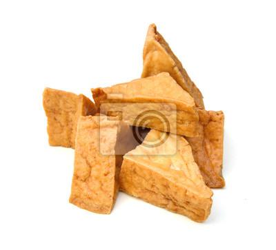 Gebratener Tofu auf einem weißen Hintergrund