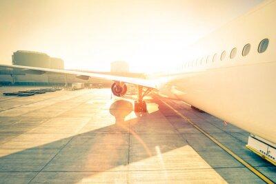 Sticker Generic Flugzeug am Terminal Tor bereit für den Start - Moderne internationalen Flughafen bei Sonnenuntergang - Konzept der emotionalen Reise um die Welt - Weitwinkel-Verzerrung mit erhöhten Sonnensch