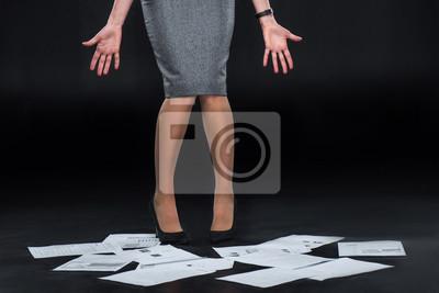 Geschäftsfrau mit gelöschten Dokumenten