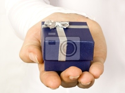 Geschenk in der Hand