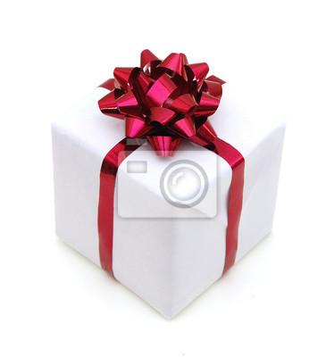 Geschenkbox mit dem Band und Bogen lokalisiert auf dem weißen Hintergrund