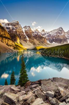 Sticker Gestalten Sie Ansicht des Moraine Sees und des Gebirgszugs bei Sonnenuntergang in Kanadier Rocky Mountains landschaftlich