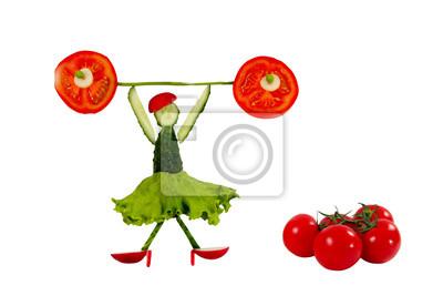 Gesunde Ernährung. Lustige kleine Frau der Gurkenscheiben wirft