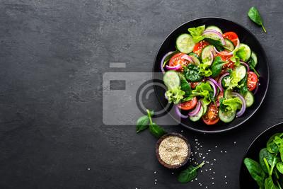 Sticker Gesunder Gemüsesalat der frischen Tomate, der Gurke, der Zwiebel, des Spinats, des Kopfsalates und des indischen Sesams auf Platte. Diät-Menü. Draufsicht.