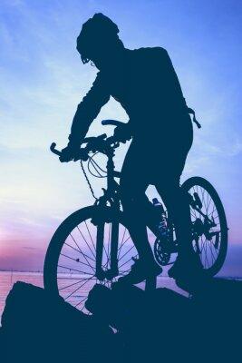 Sticker Gesunder Lebensstil. Schattenbild des Radfahrers das Fahrrad an der Küste fahrend.