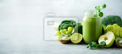 Sticker Glasgefäß überfällt mit grünem Gesundheit Smoothie, Kohlblätter, Kalk, Apfel, Kiwi, Trauben, Banane, Avocado, Kopfsalat. Kopieren Sie Platz. Rohes, veganes, vegetarisches, alkalisches Nahrungsmittelko