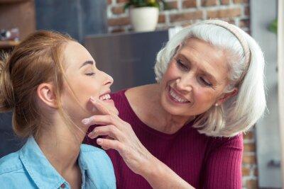 Glückliche Großmutter und Enkelin