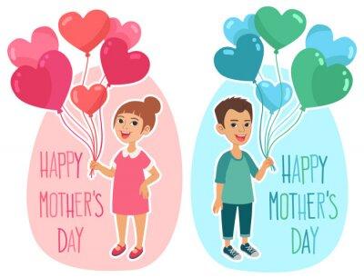 Glückliche Muttertags Grußkartenentwurf. Kleines Mädchen und Junge halten eine Reihe von herzförmigen bunten Luftballons.