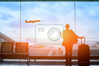 Sticker Glückliche Reisende warten auf den Flug im Flughafen, Abflugterminal, Einwanderungskonzept