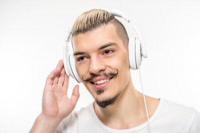 Glücklicher Mann im Kopfhörer