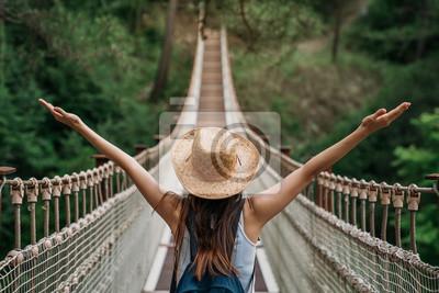 Sticker Glückliches Konzept der Reisefrau im Urlaub. Lustiger Reisender genießt ihre Reise und bereit zum Abenteuer.